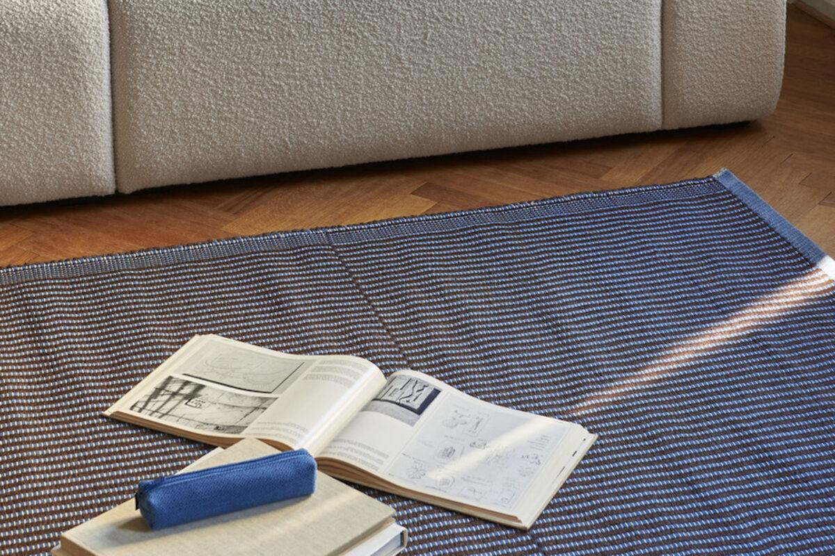 Hay Tappeto Tapis Marrone e Blu - dettaglio divano
